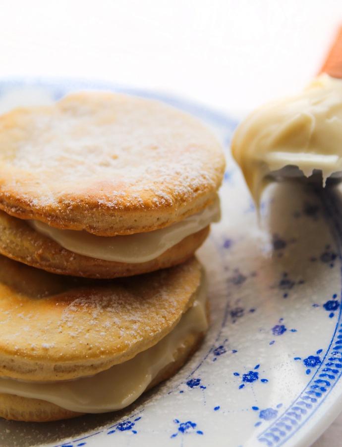 Biscotti friabili con crema proteica al cioccolato bianco