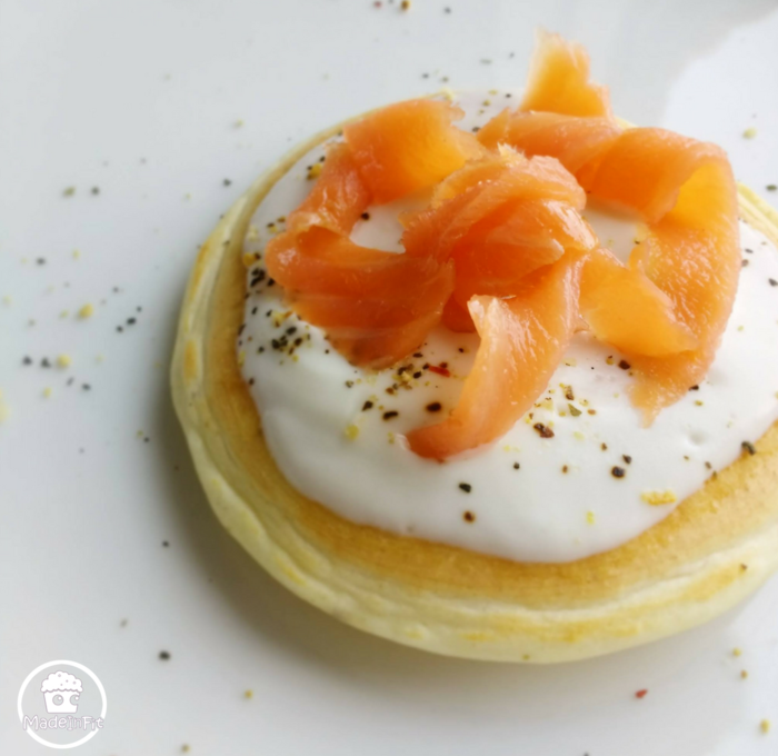 Blinis allo yogurt e salmone affumicato